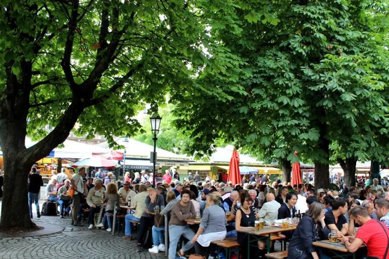 Gemütlich: der Biergarten auf dem Viktualienmarkt