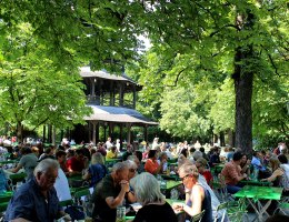 Münchner Institution: der Biergarten am Chinesischen Turm