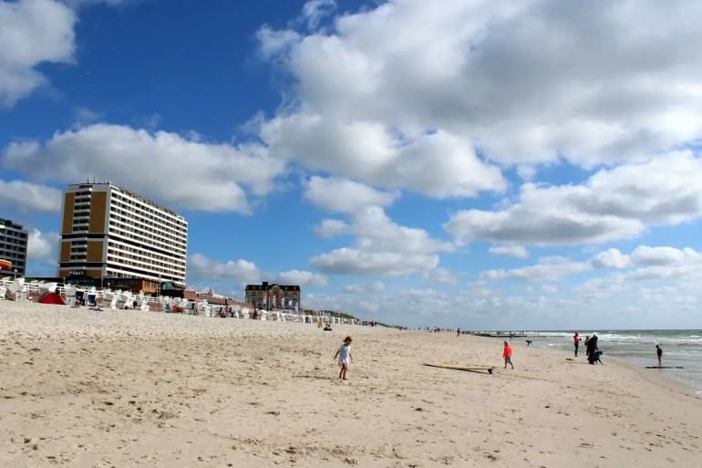 Riesig und direkt an der Stadt: der Strand in Westerland