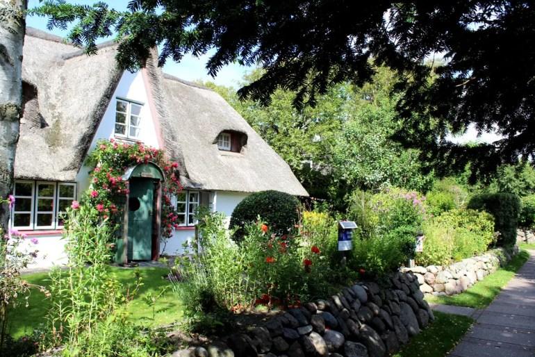 Kleine Wege verbinden die Häuschen rund um die alte Dorfkirche in Westerland