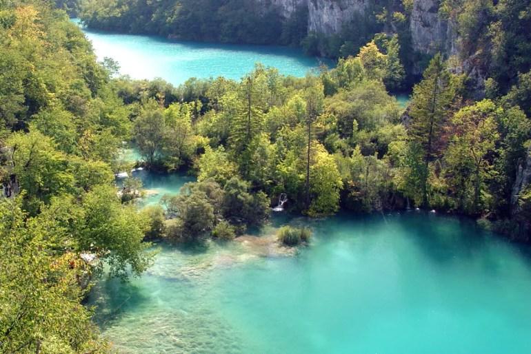 Türkis glitzerndes Wasser, Stromschnellen und riesige Waserfälle – das sind die Plitvicer Seen