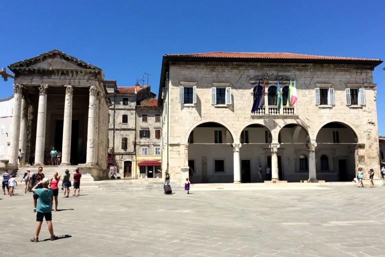 Die sechs Säulen des Augustustempels in Pula sind hervorragend erhalten