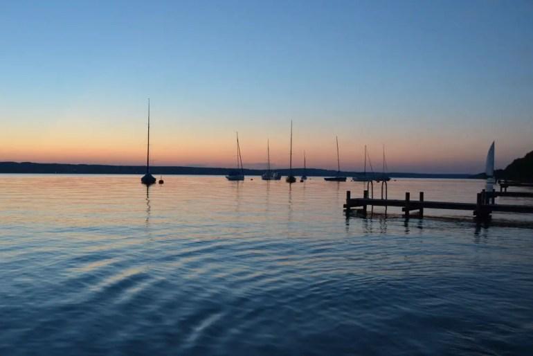Am Abend besonders romantisch: Die Segelboote auf dem Starnberger See