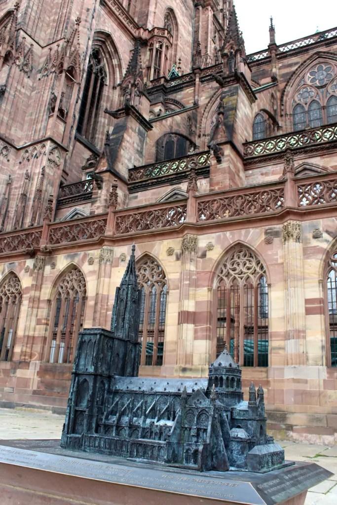 Zeigt das Ausmaß des Bauwerks: eine Plastik des Straßburger Münsters