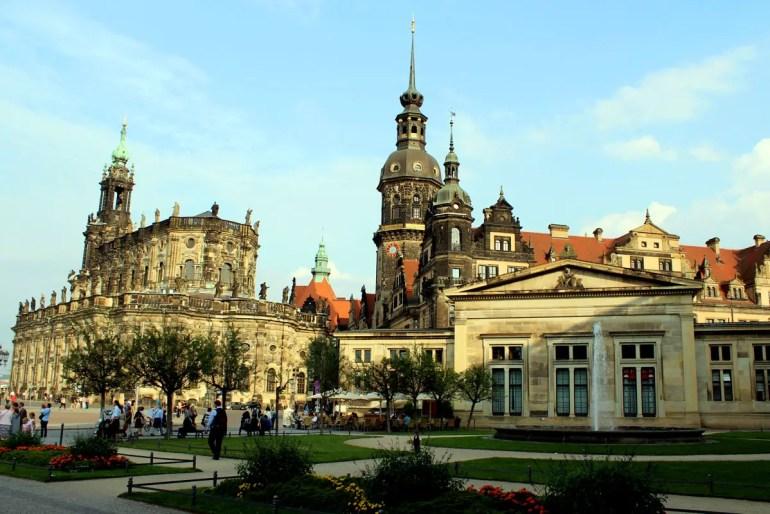 Vom Zwinger aus bietet sich ein schöner Blick auf Hofkirche und Residenzschloss