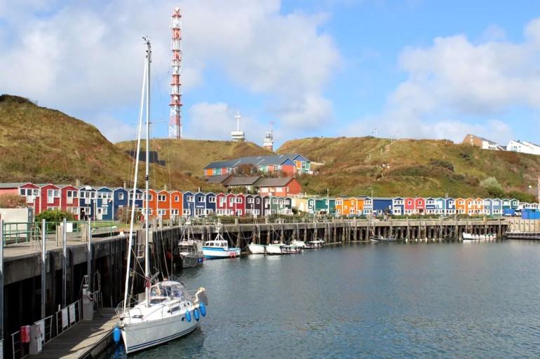 Der Helgoländer Binnenhafen wird von den bunten Hummerbuden eingerahmt