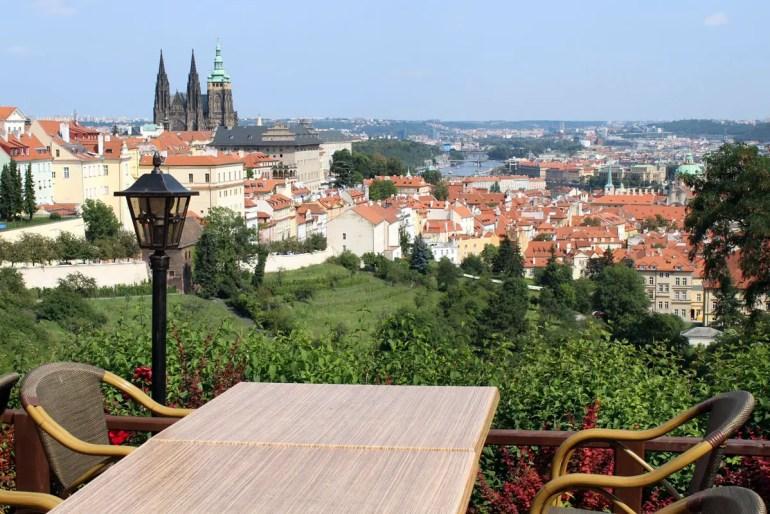 """Herrliche Ausblicke auf Hradschin und Stadt bieten sich vom """"Bellavista"""" im Strahov-Kloster"""