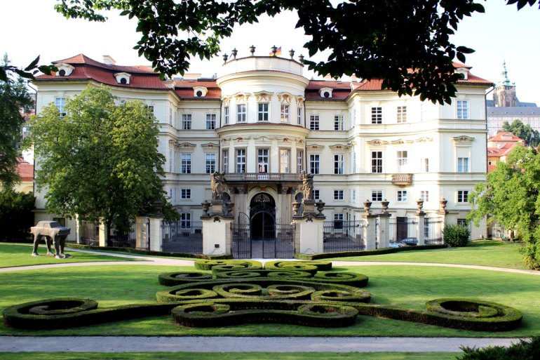 Deutsch-deutsche Geschichte: der berühmte Genscher-Balkon in der Deutschen Botschaft in Prag