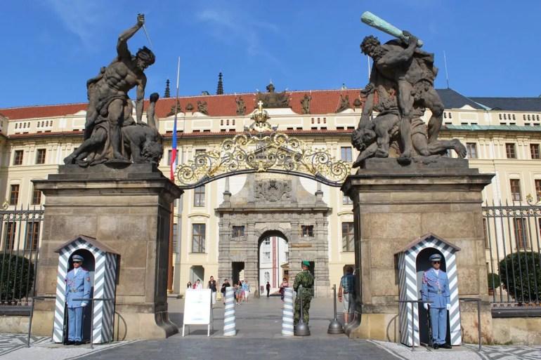 Eingang zum Hradschin: das Matthiastor mit den Palastwachen