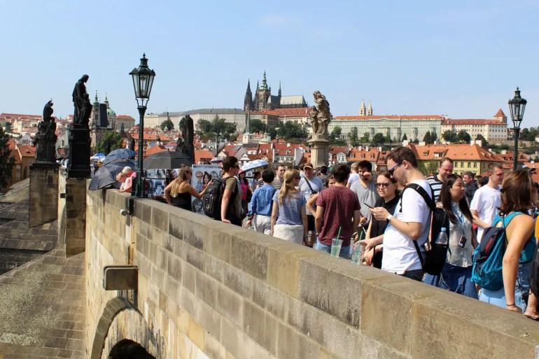 Gerade im Sommer und bei gutem Wetter ist die Karlsbrücke als Top-Attraktion in Prag immer gut besucht