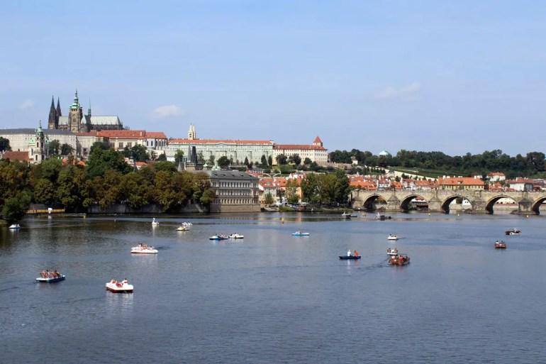 Bietet neue Perspektiven und ist besonder am Abend romantisch: eine Bootstour auf der Moldau