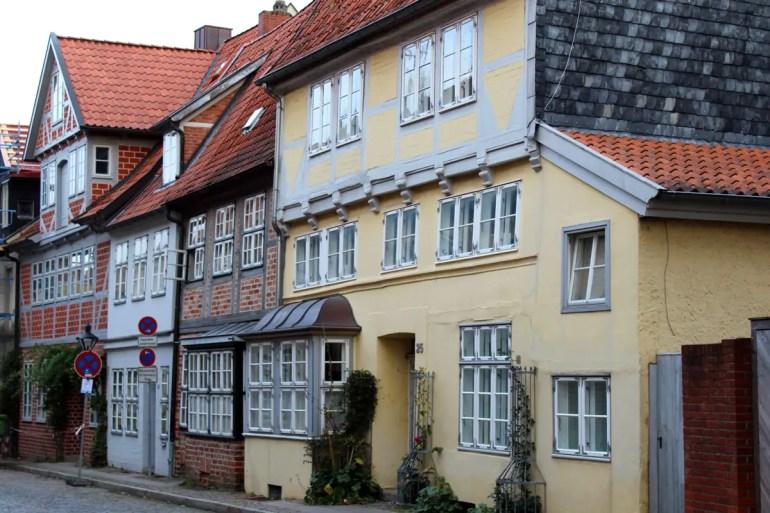 Eine Häuserzeile im Senkungsgebiet der Lüneburger Altstadt