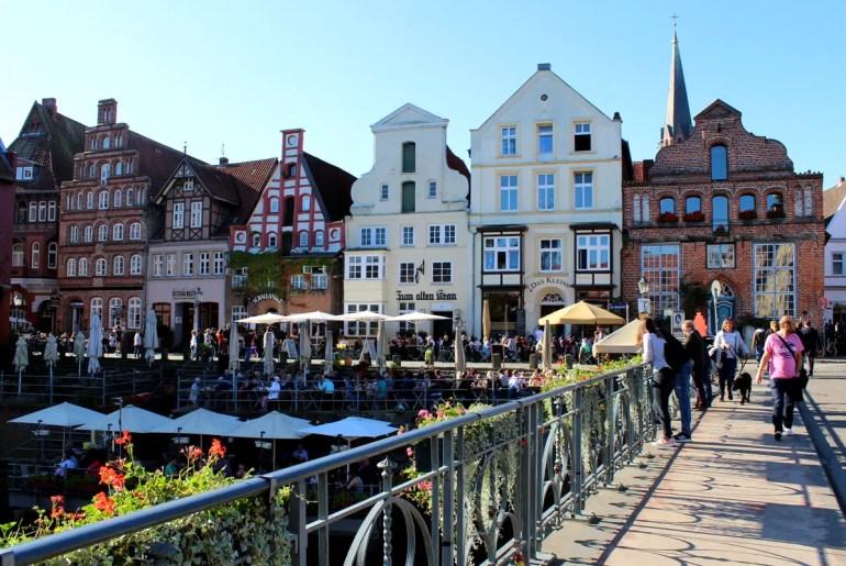 Den Stintmarkt im Lüneburger Hafen prägen heute Cafés und Restaurants