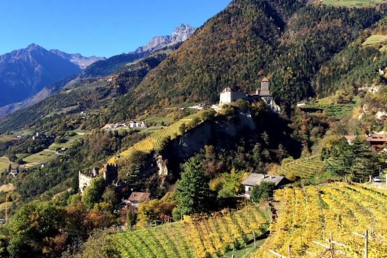 Wunderschön in den Weinbergen gelegen: Das Schloss Tirol gab dem Land seinen Namen
