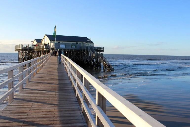 Die Strandbar 54° Nord steht auf Stelzen in der Nordsee
