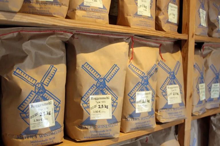 Im Mühlenladen kannst du das Mehl für zu Hause einkaufen