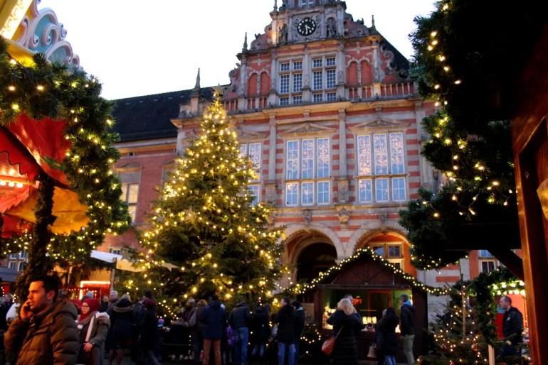 Das barocke Rathaus bildet die Kulisse für den Weihnachtsmarkt in Harburg