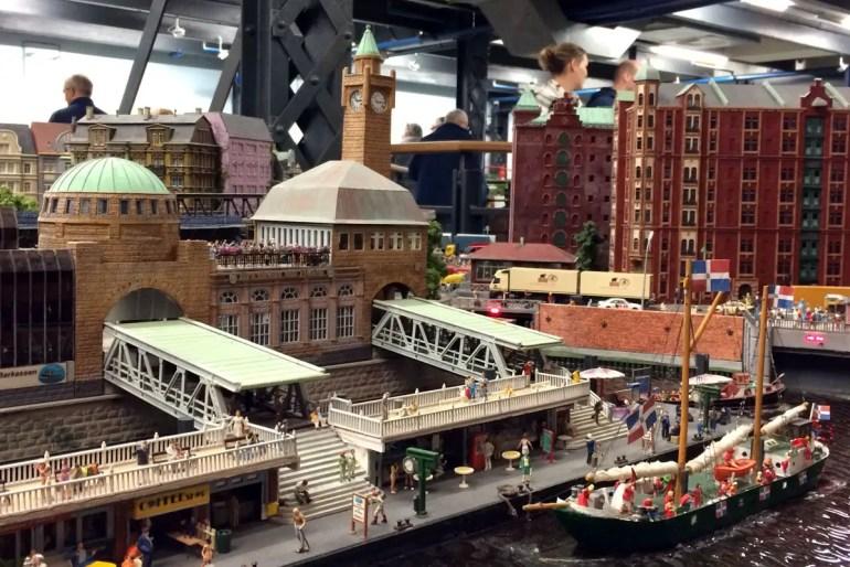 Trocken auch bei Regen: die Hamburger Landungsbrücken im Miniatur Wunderland