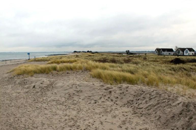 Vom Hotel kannst du direkt durch die Dünen Richtung Naturschutzgebiet Graswarder laufen
