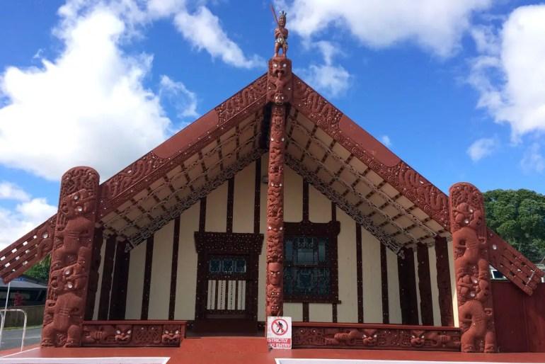 Vor allem rund um Rotorua bekommst du viele Einblicke in die Architektur der Maori