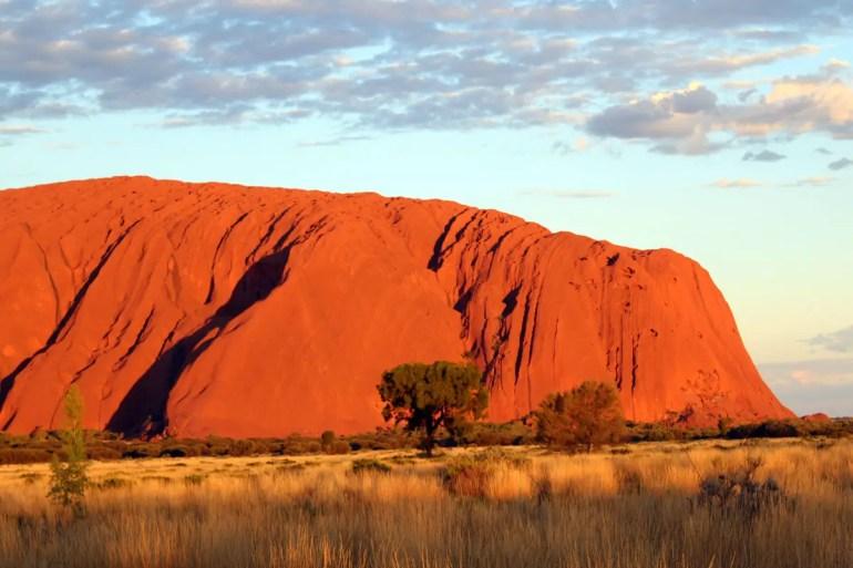 Magischer Moment: Kurz vor Sonnenuntergang erstrahlt der Uluru in einem leuchtenden Rot