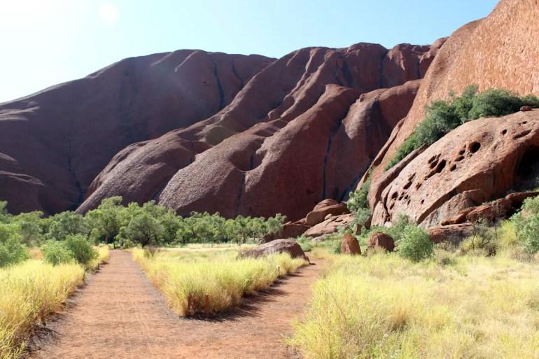 Aus der Nähe zeigt sich, dass der Ayers Rock alles andere als ein gleichmäßig geformter Berg ist