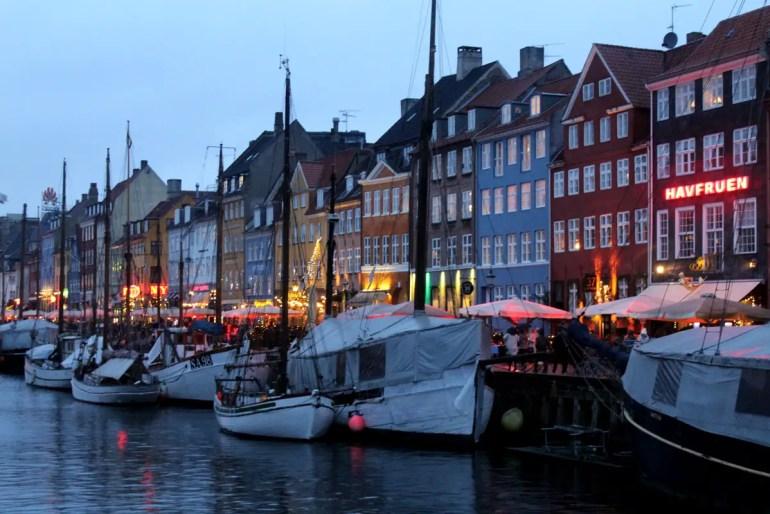 Kopenhagens Nyhavn ist auch mit der abendlichen Beleuchtung ein hübsches Ziel