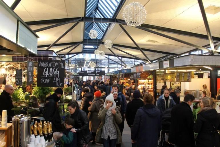 Im Torvehallerne Market findest du an 60 Ständen von frischen Zutaten bis zu süßen Cafés alles