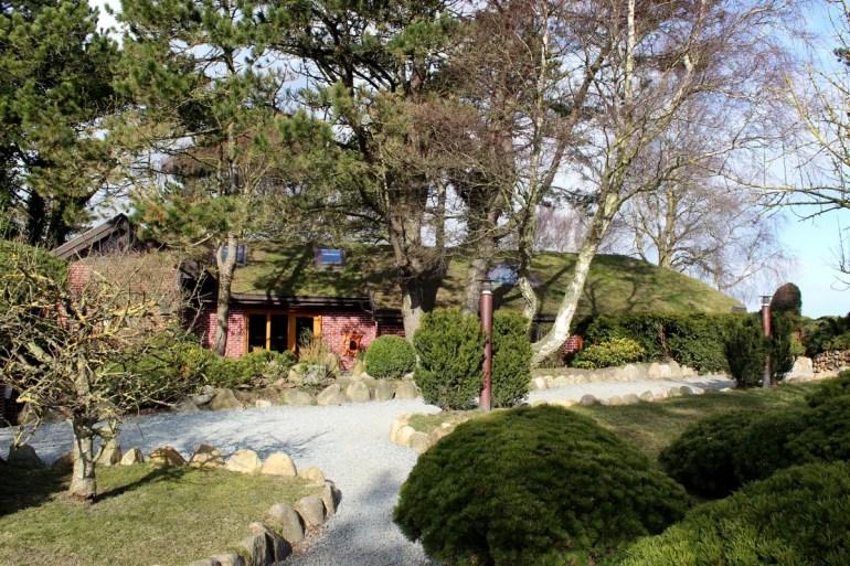 Das Künstlercafé Kupferkanne in Kampen liegt idyllisch unter Bäumen