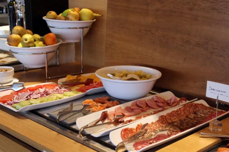 Beim Frühstück im Hotel Nakar kommen auch mallorquinische Spezialitäten wie die Sobrasada auf den Teller