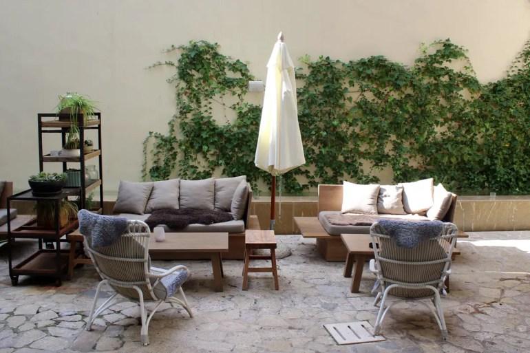 Die gemütlichen Sitzecken im Innenhof vom Hotel Tres sind perfekt für eine kleine Pause
