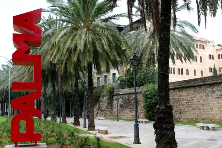 Palma als rotes Kunstwerk aus Metall an der Promenade entlang der Avinguda de Gabriel Roca