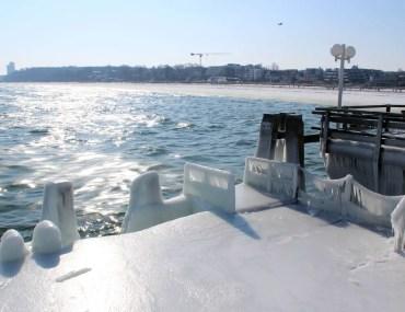 Eisig schön: die gefrorene Seebrücke in Scharbeutz