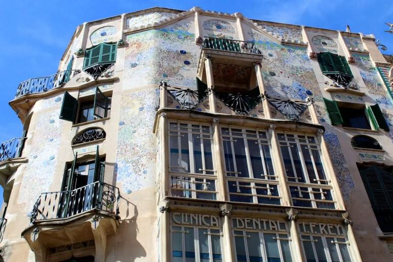 Ein Blickfang sind die Fassaden einiger Häuser aus der Zeit des Modernisme, der katalanischen Variante des Jugendstils