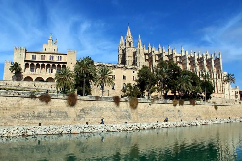 Palmas Kathedrale und der benachbarte Königspalast La Almudaina überragen die Altstadt