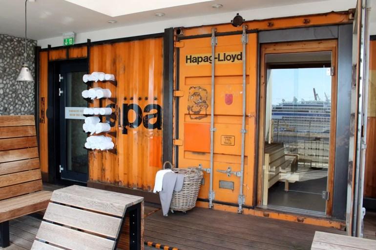 Coole Idee: die Sauna befindet sich im alten Schiffscontainer und bietet Ausblicke auf die Kreuzfahrtschifffe am Terminal