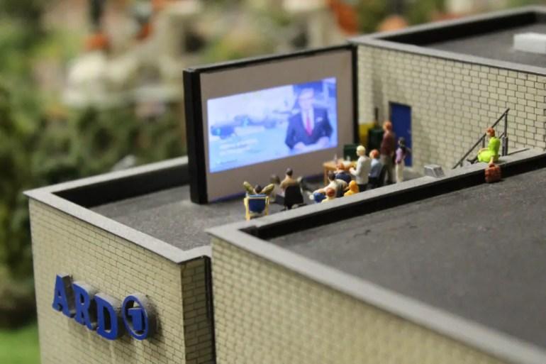 Eines der netten kleinen Details: Im Hamburger ARD-Studio läuft in der Tagesschau ein Bericht über die Gründer