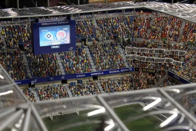Funktioniert auch nur im Wunderland: das Hamburger Lokalderby im Volksparkstadion