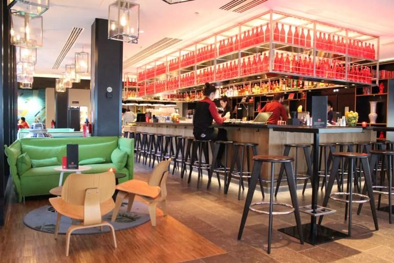 Beliebt am Abend: die Bar im citizenM Paris Gare de Lyon