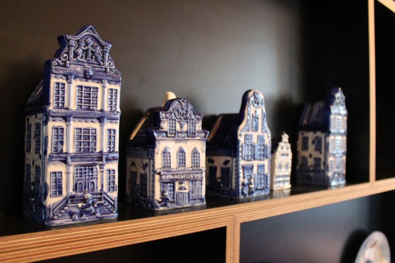 Delfter Porzellan wie hier im citizenM Paris Charles de Gaulle greifen die holländische Heimat immer wieder auf