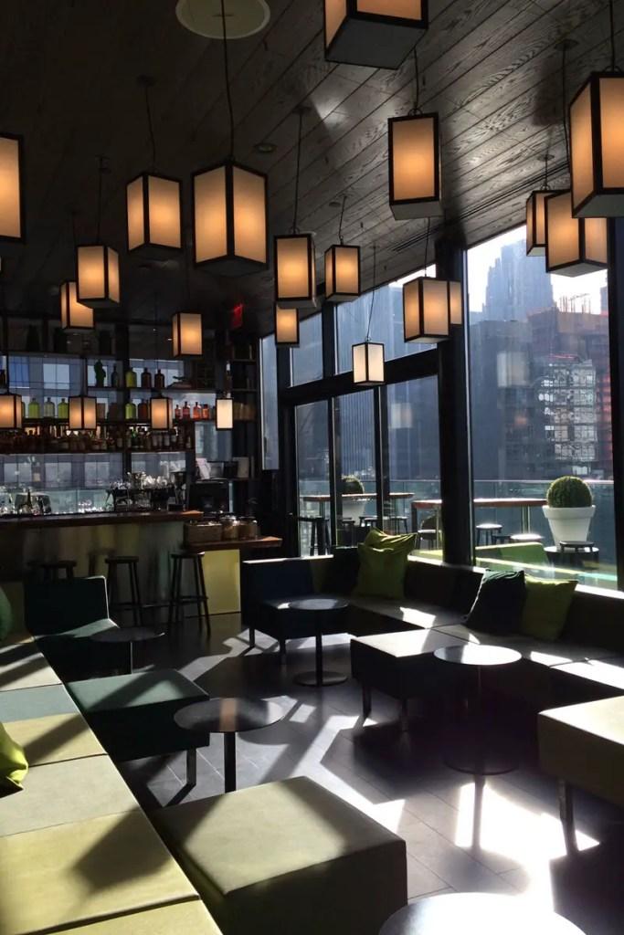 In der Rooftop Bar im New Yorker citizenM ist der Ausblick inklusive