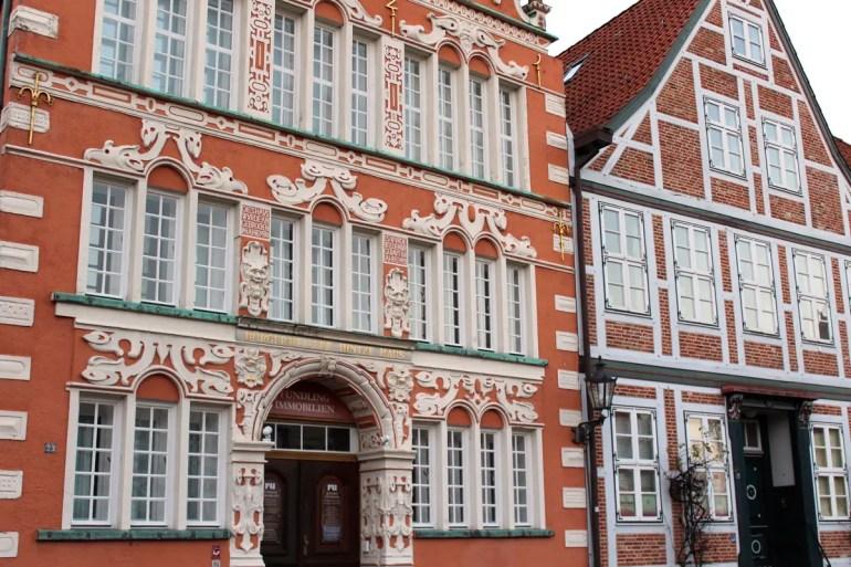 Rund um den alten Hansehafen in Stade findest du viele hübsche Fassaden, wie hier vom Bürgermeister-Hintze-Haus