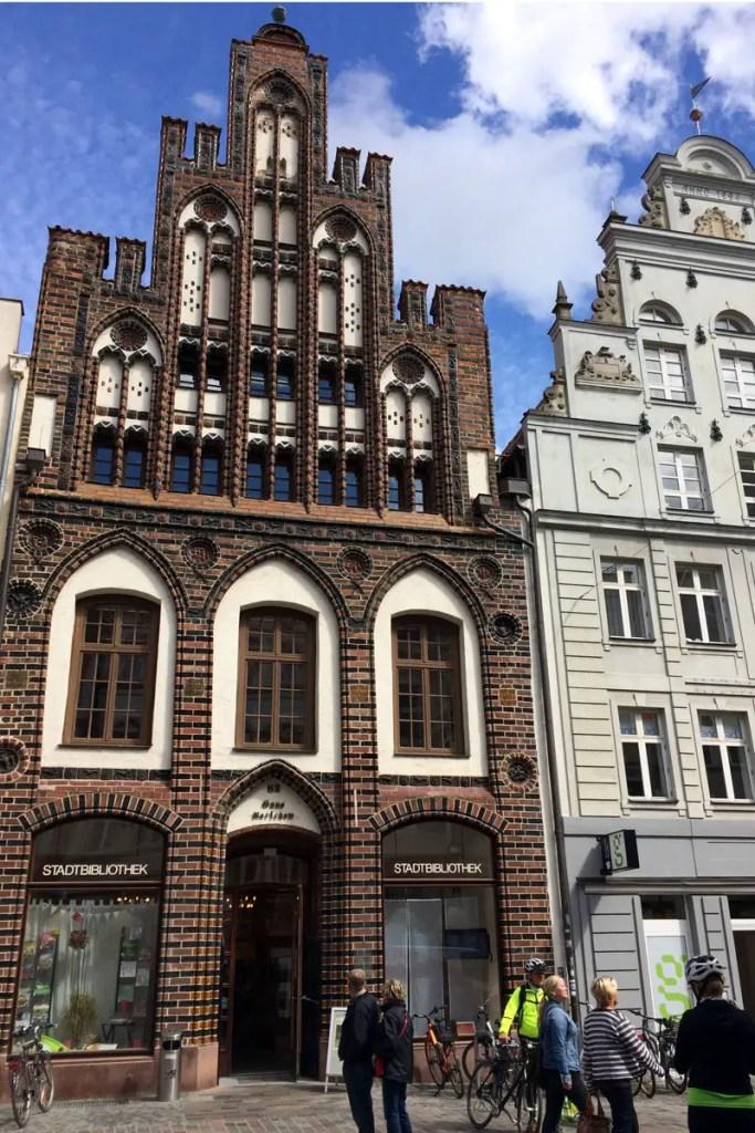 In Rostock befindet sich heute die Stadtbibliothek in einem der historischen Hansehäuser