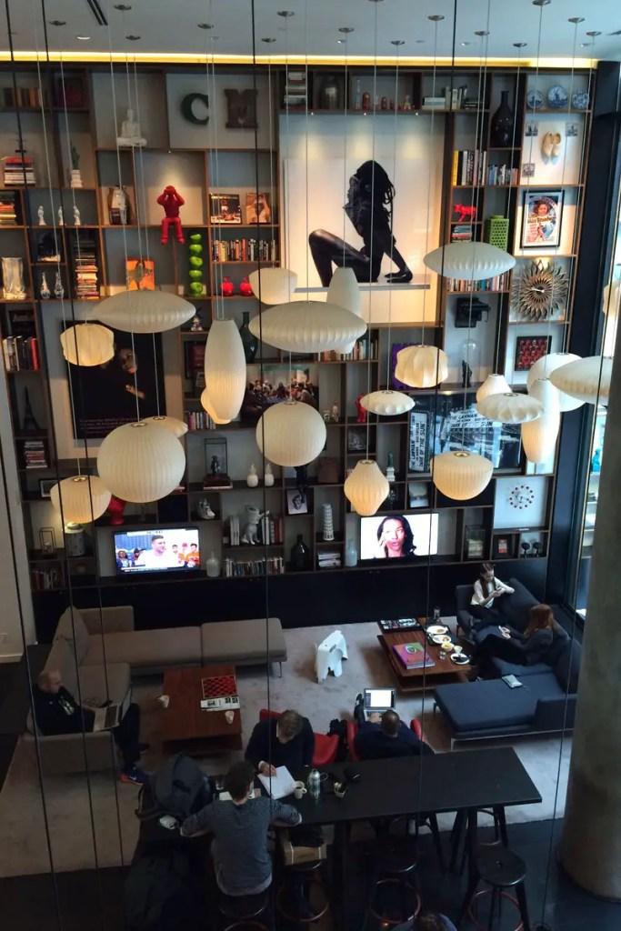 Luftige Höhen im Wohnzimmerbereich am New Yorker Times Square