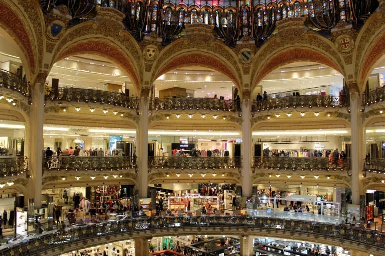 In den Galéries Lafayettes trifft das Wort Einkaufstempel zu