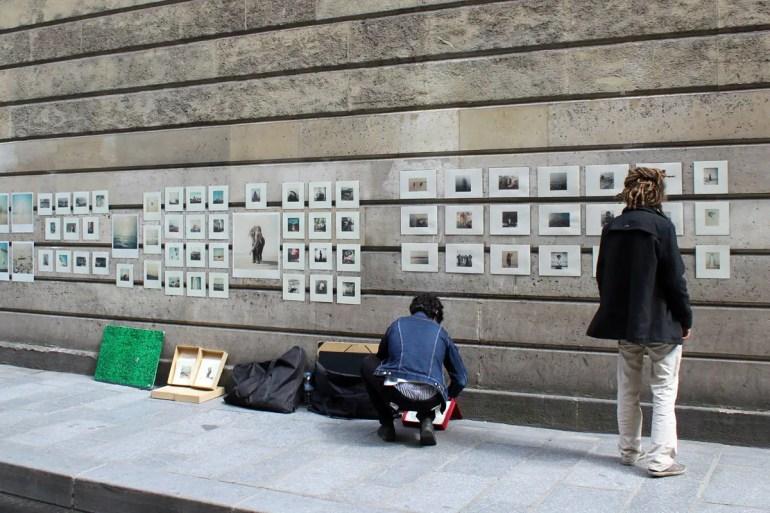 Junge Künstler nutzen die alte Hauswände im Marais um ihre Bilder zu präsentieren