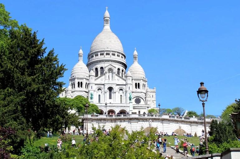 Die Sacre Coeur thront in Montmatre hoch oben über Paris