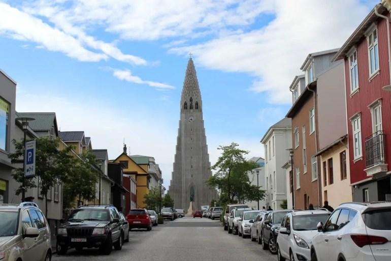 Die Kirche Hallgrímskirkja überragt Reykjavík