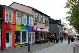 Bunte Häuser säumen auch die shoppingmeile Laugavegur