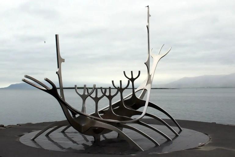 """Das Sonnenschiff """"Sólfar"""" ist eine moderne Darstellung eines Wikingerschiffs"""